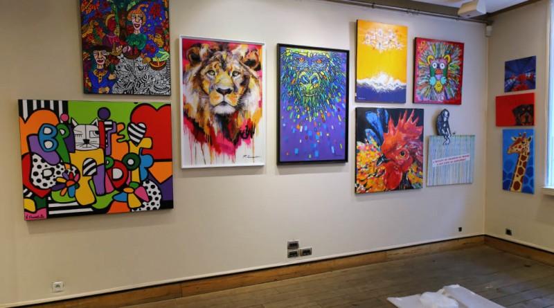 à droite sur la photo Karel expose 2 oeuvres.